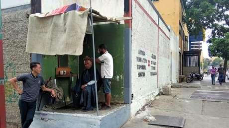 Estilo al ras de calle: las barberías informales que surgen en Caracas con la pandemia y revelan una realidad de alto contraste (FOTOS)