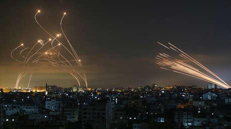 Fotografía muestra cómo las defensas aéreas de Israel interceptan cohetes lanzados desde Gaza en cielo nocturno