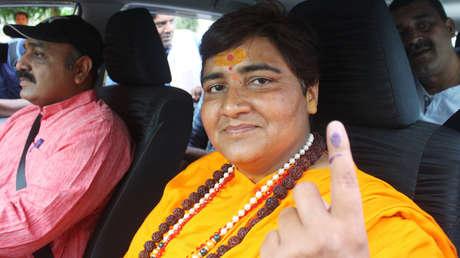 """""""Bebo orina de vaca todos los días. Por eso no tengo covid"""": Miembro del partido gobernante de la India genera controversia en las redes"""