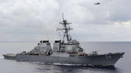 """Pekín denuncia que un buque de guerra EE.UU. """"entró ilegalmente"""" en sus aguas en el mar de la China Meridional, lo que """"socava la paz"""" en la región"""