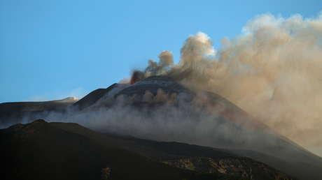 VIDEOS: Los volcanes Etna y Estrómboli hacen erupción el mismo día, arrojando lava y largas columnas de ceniza
