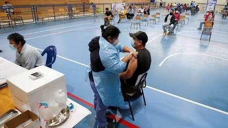 El país donde se disparan otra vez los contagios de covid-19 a pesar de tener más población vacunada en Latinoamérica