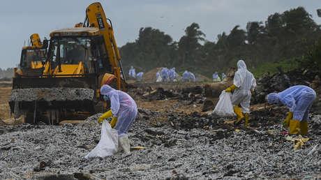 Toneladas de gránulos de plástico de un portacontenedores en llamas cubren una popular playa de Sri Lanka y amenaza con un desastre ambiental