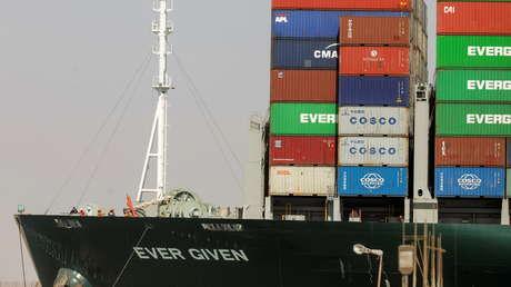 La 'saga' del Ever Given: otro barco encalla en el canal de Suez y las redes estallan