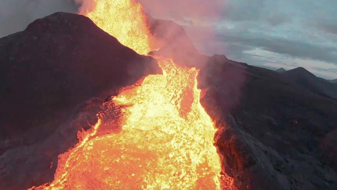 """VIDEO: Un dron se estrella contra los chorros de lava de un volcán en erupción ofreciendo una """"vista final épica"""" del cráter"""