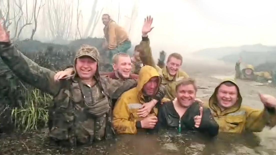 """""""Casi morimos"""": la reacción de un grupo de bomberos que se salvó de un voraz incendio al refugiarse en un río (VIDEO)"""