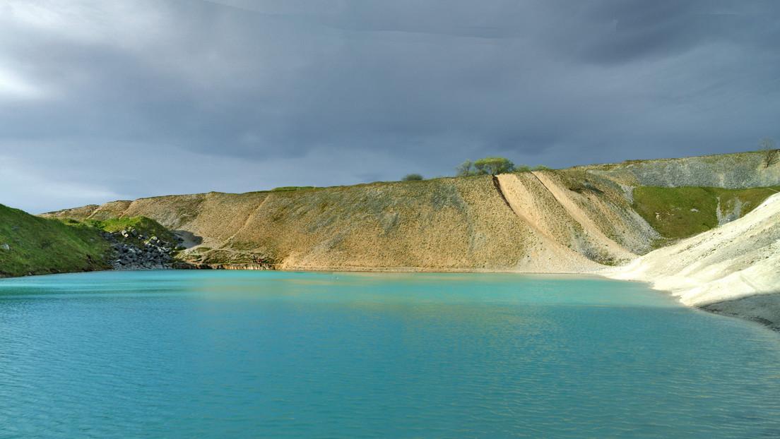 Una atractiva laguna de aguas azul turquesa cautiva a turistas, pero advierten no nadar en ella por ser tóxica