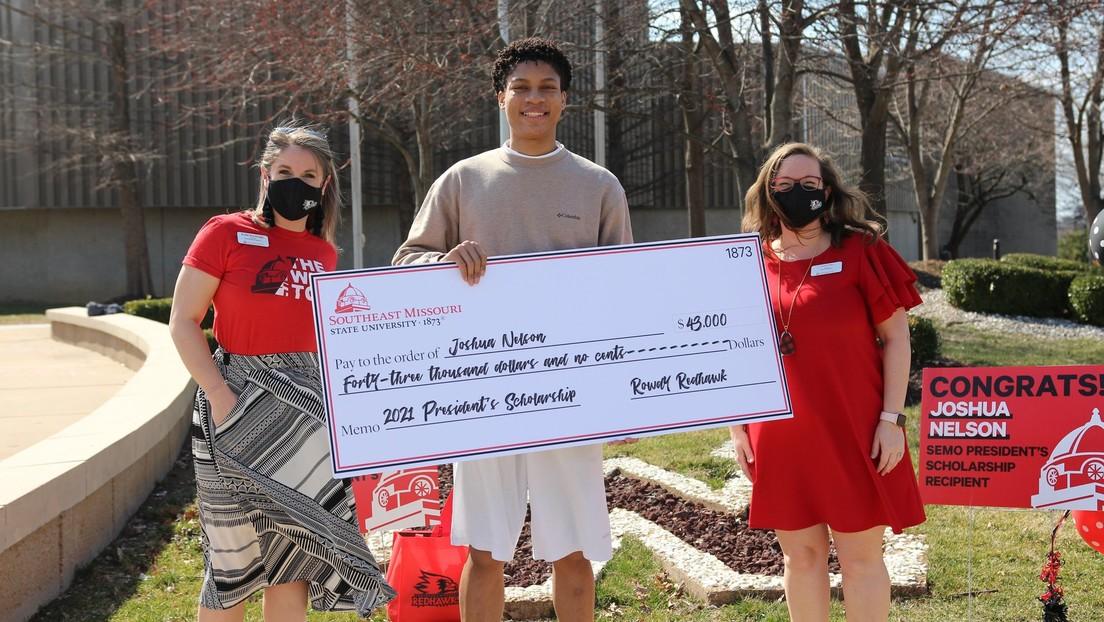Un joven que ahorró varios años para pagarse la universidad dona el dinero a otros adolescentes necesitados en EE.UU.
