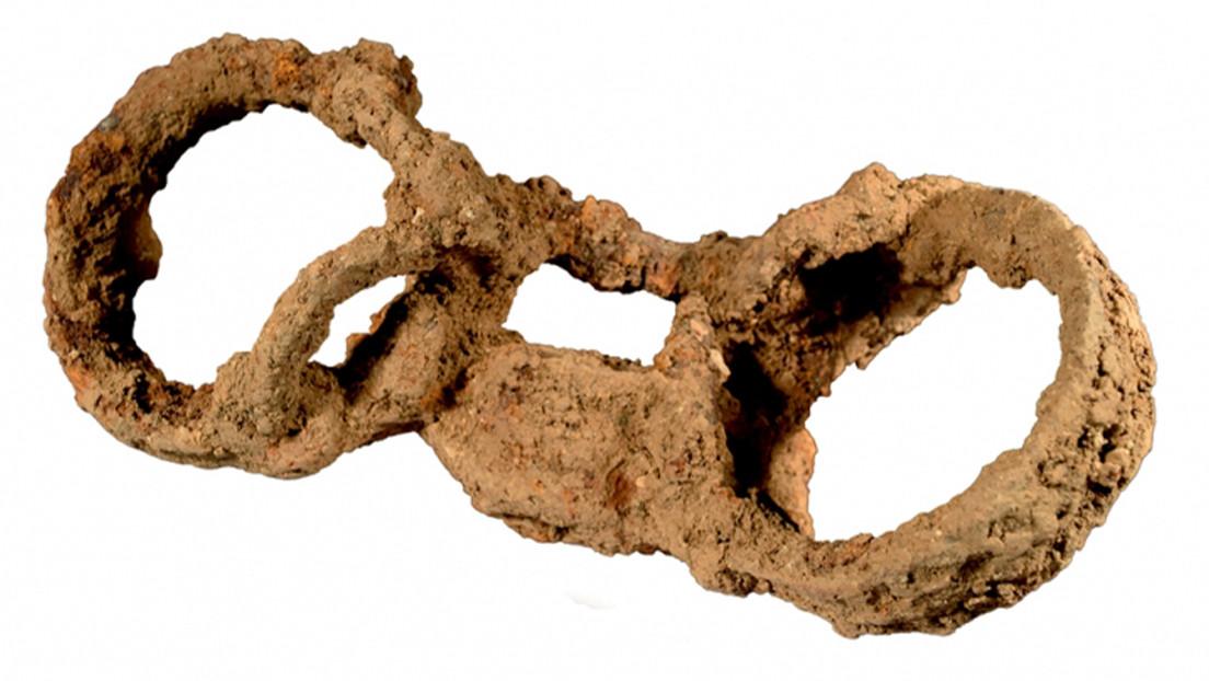 Descubren un esqueleto enterrado con grilletes en Reino Unido, una inusual evidencia de la esclavitud en la provincia romana de Britania