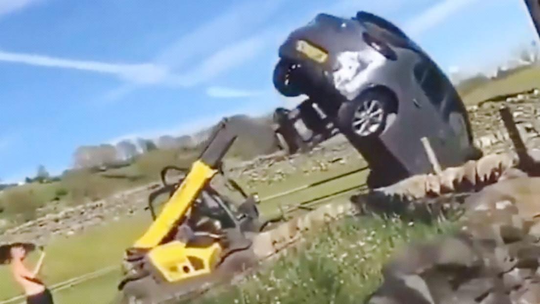VIDEO: Un granjero furioso arroja fuera con su tractor un coche que bloqueaba el ingreso a su propiedad