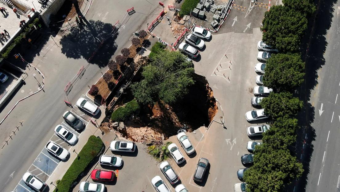 VIDEO: Colapsa un estacionamiento y 'traga' a varios autos en Jerusalén