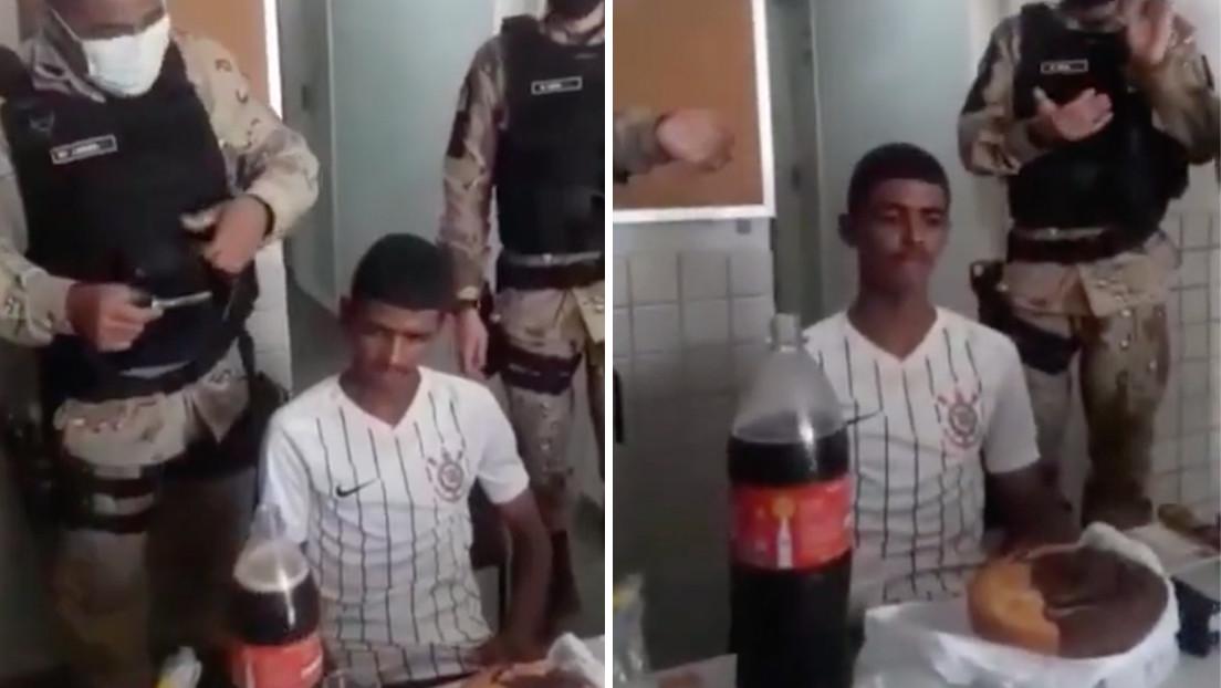 """VIDEO: Policías brasileños organizan una """"fiesta"""" en comisaría a un joven detenido el día de su 18 cumpleaños"""