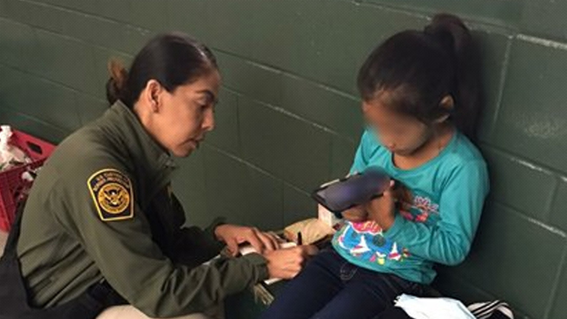 VIDEO: Encuentran a una niña migrante de 5 años abandonada cerca del muro fronterizo en EE.UU.
