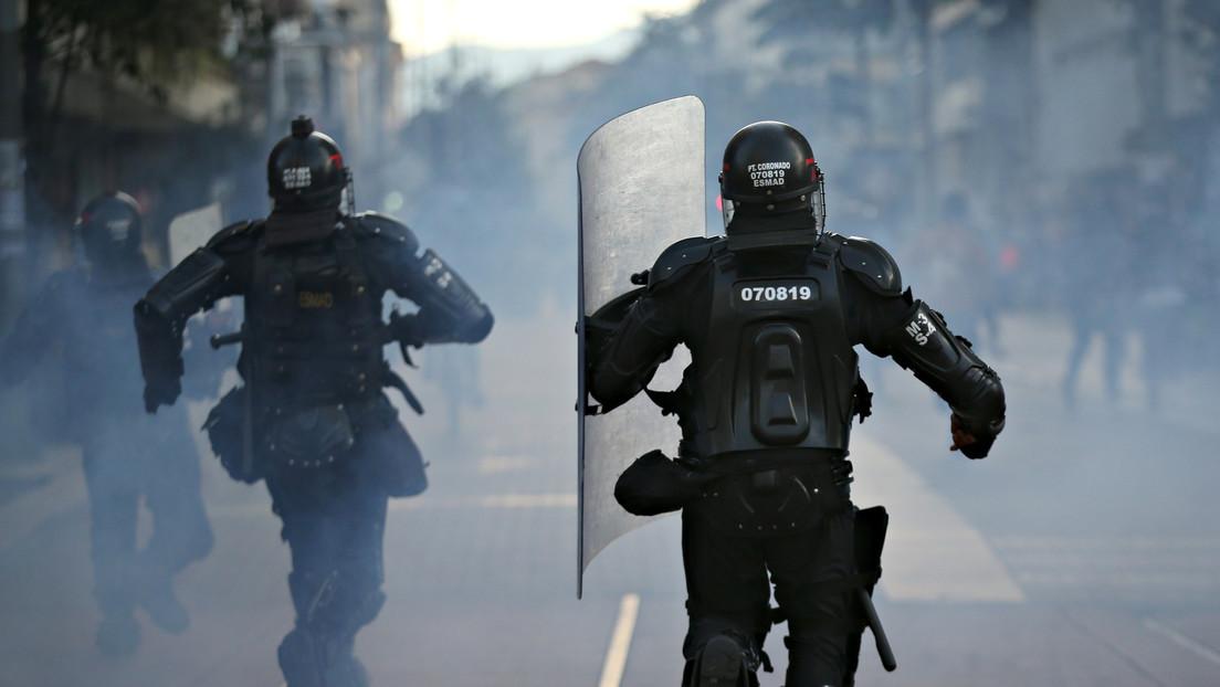 Una polémica imagen de un antidisturbios empuñando un cuchillo contra los manifestantes en Colombia se hace viral y provoca una investigación