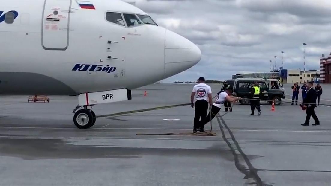 VIDEO: Un ruso arrastra un avión de 40 toneladas y bate el récord del país