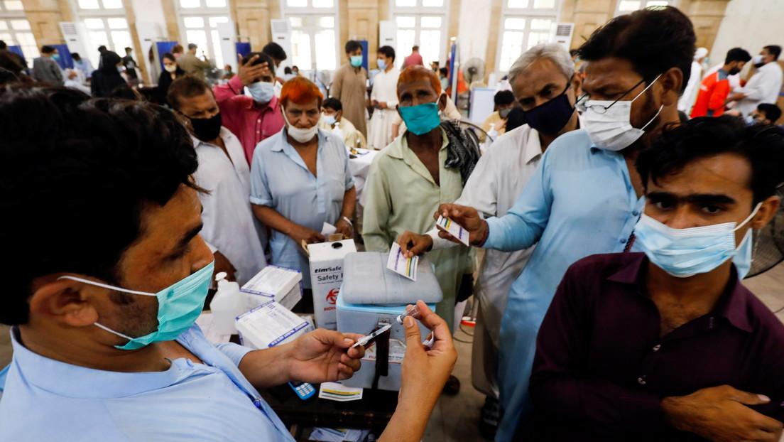 Una región de Pakistán bloqueará las tarjetas SIM de los no vacunados para incentivar la inmunización