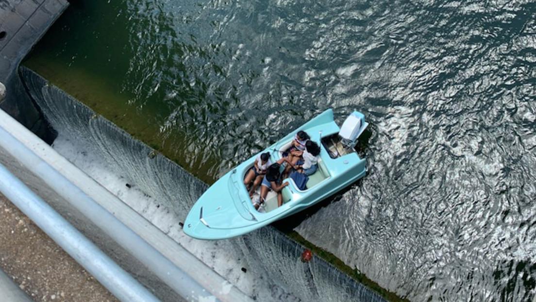 VIDEO: Un bote con 4 personas queda atascado a una altura de varios metros, al borde de una presa en Texas