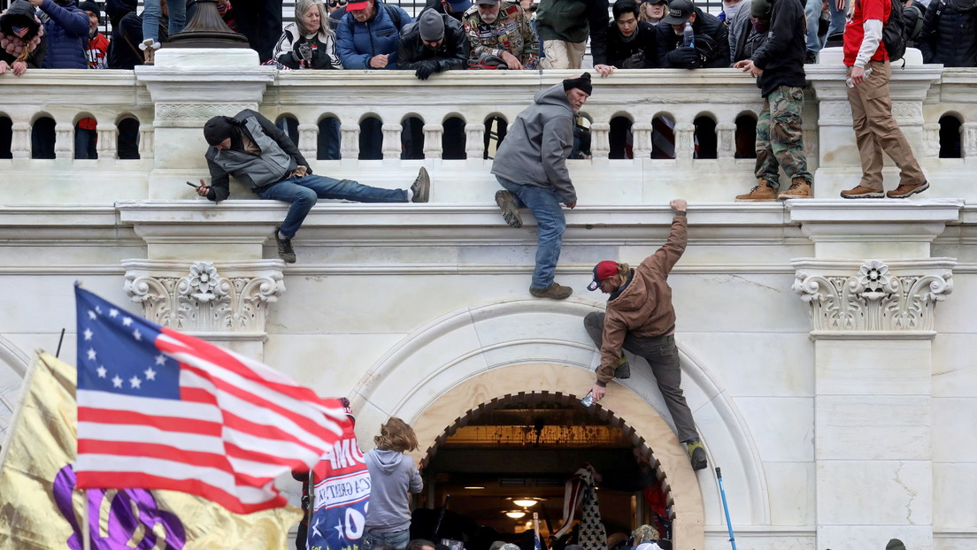 Guardias de prisiones golpean a los arrestados por el asalto al Capitolio de EE.UU. y amenazan a sus familiares, denuncia un abogado