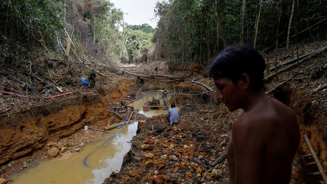Indígenas yanomami junto a agentes de defensa ambiental ante una mina ilegal. Roraima, 2016