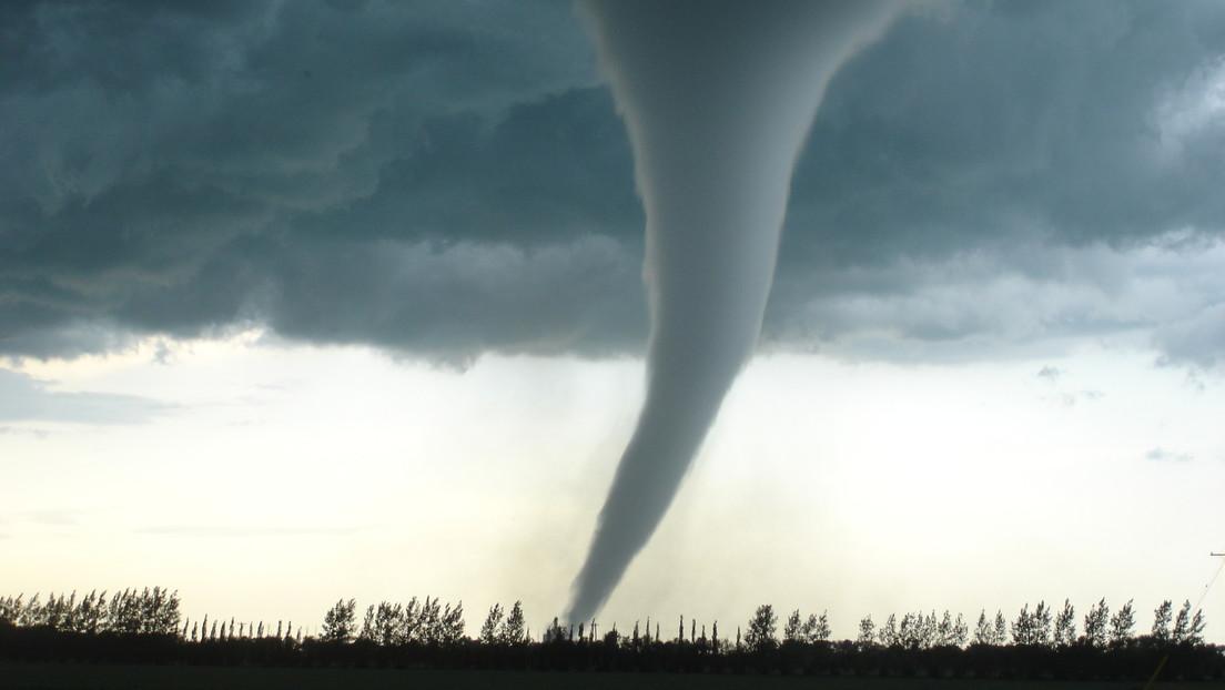 VIDEO: Un piloto capta un tornado en EE.UU. y vuela a su alrededor