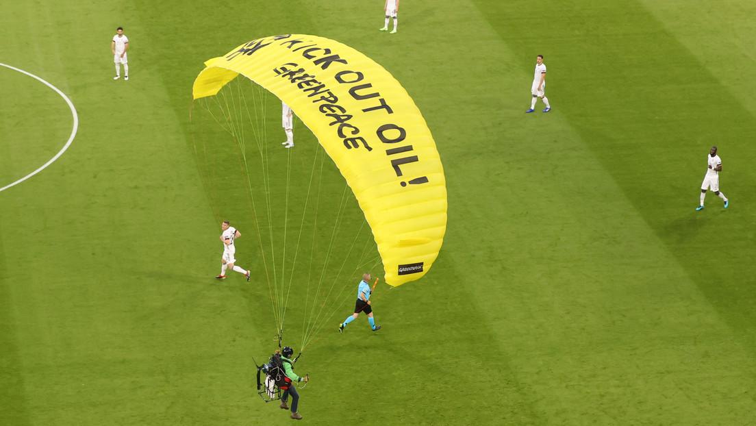 FOTOS: Un activista de Greenpeace se tira en paracaídas a la cancha antes del partido entre Francia y Alemania de la Eurocopa 2020