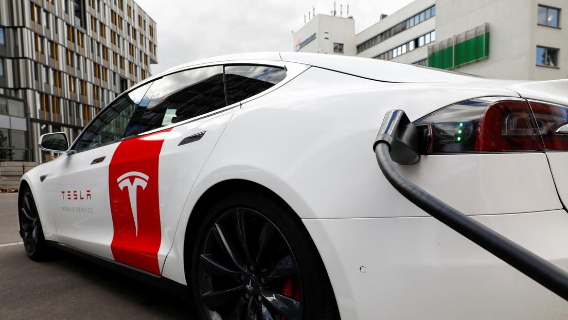 VIDEO: Propietario de un Tesla desarrolla un robot que conecta automáticamente la recarga de su auto