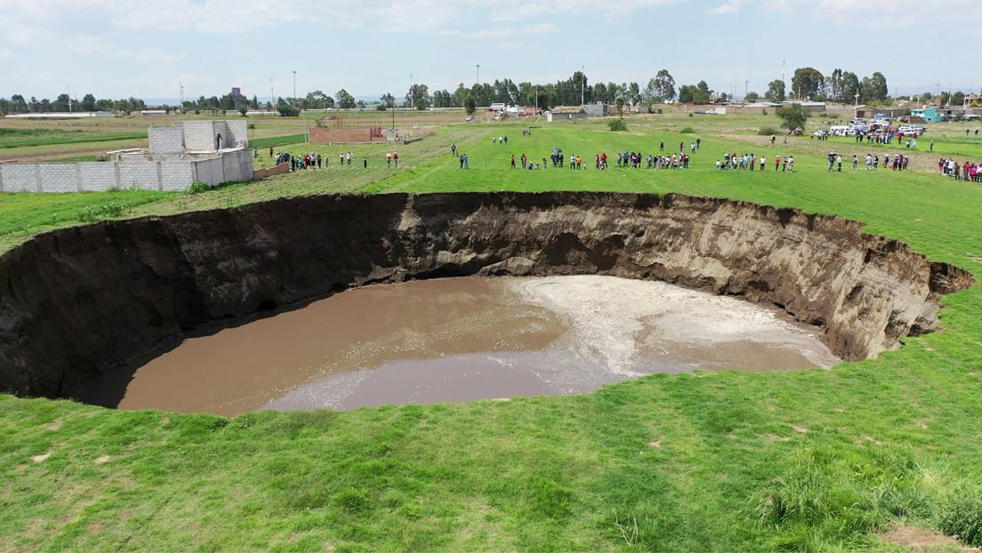 Aparecen nuevas grietas en el socavón de México que ya se 'tragó' una casa