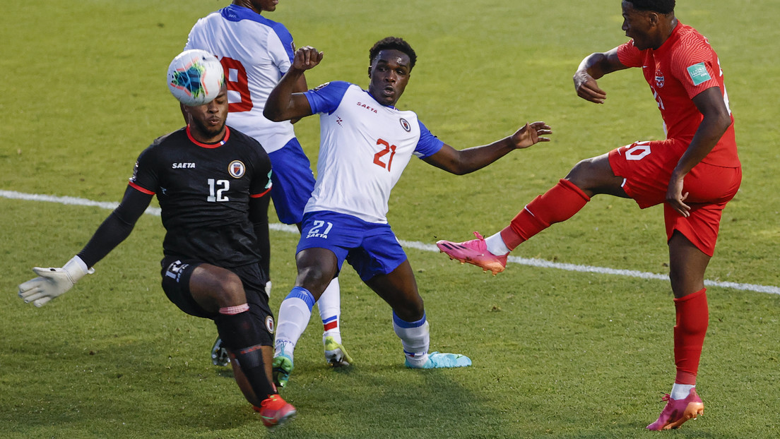 VIDEO: El guardameta de Haití marca uno de los autogoles más ridículos de las eliminatorias del Mundial de Catar