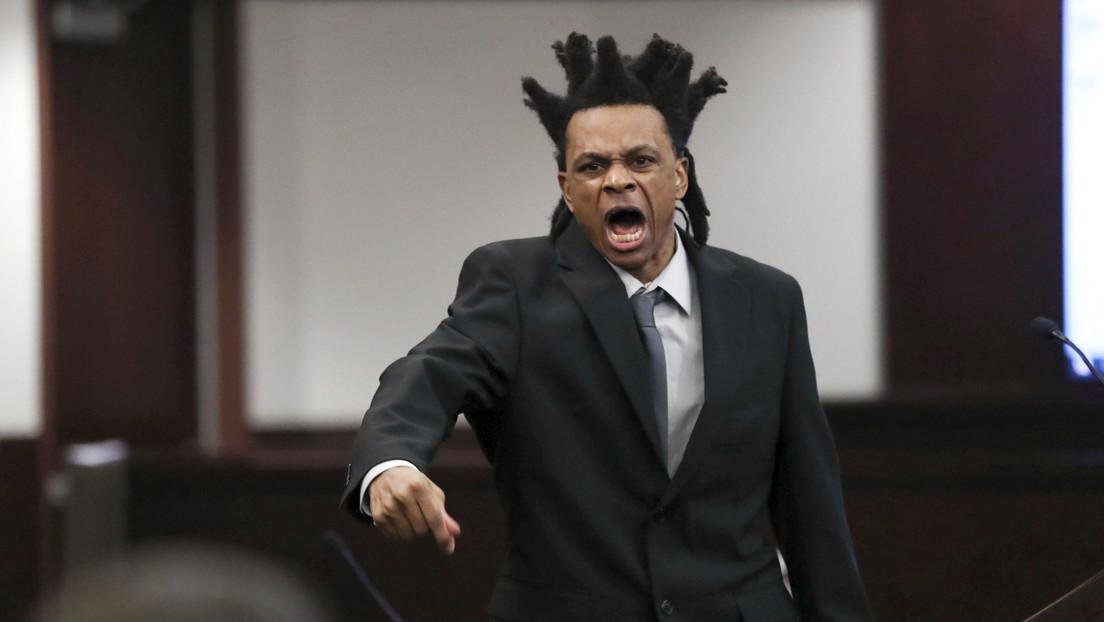 """""""Me apuñalaste"""": un hombre que podría enfrentarse a pena de muerte por un brutal ataque mortal actúa como su propio abogado e interroga a su hijo"""