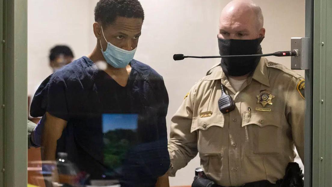 VIDEO: Momento en el que un sospechoso de asesinar a un niño se lanza a por la pistola de una policía en la sala de interrogatorios