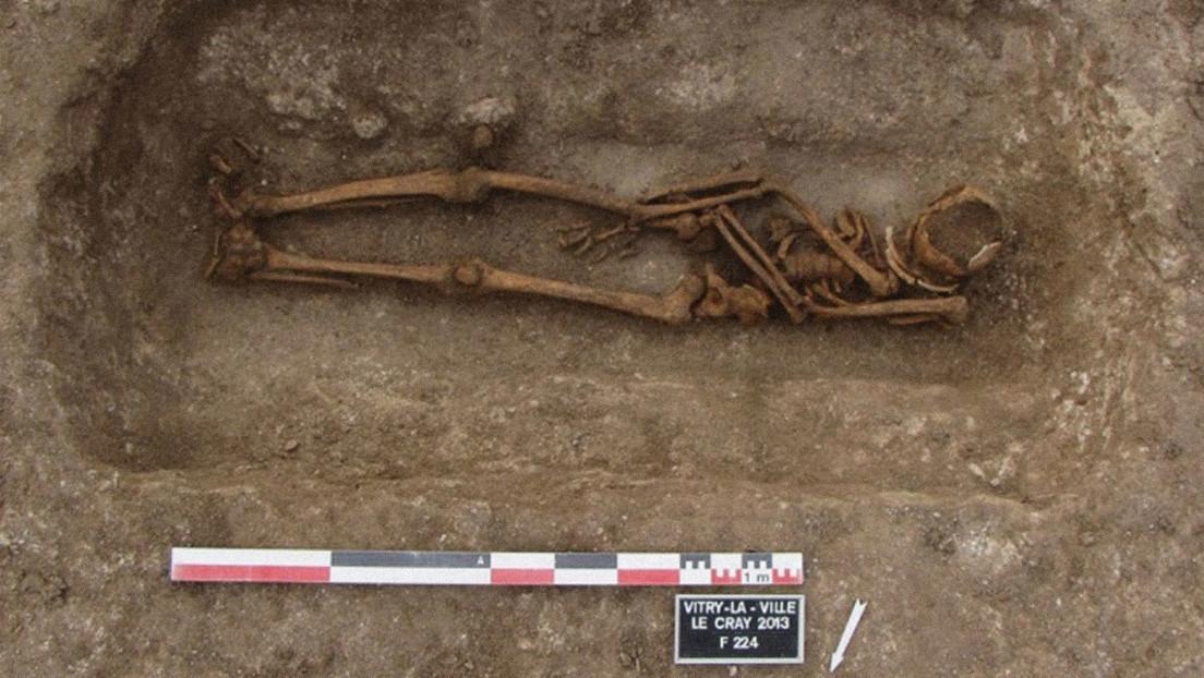 Descubren que los europeos medievales reabrían regularmente las tumbas, y no para robarlas