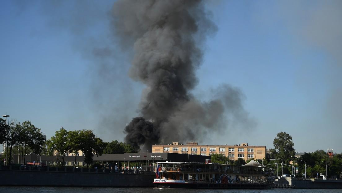 VIDEO: Helicópteros participan en la extinción de un incendio en un almacén de fuegos artificiales en el centro de Moscú