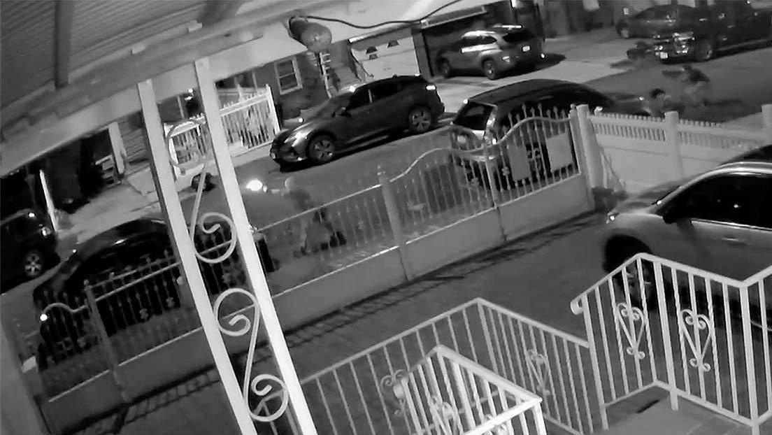 Captan el momento de un intenso tiroteo entre dos pandillas en una calle del Bronx en Nueva York (VIDEO)