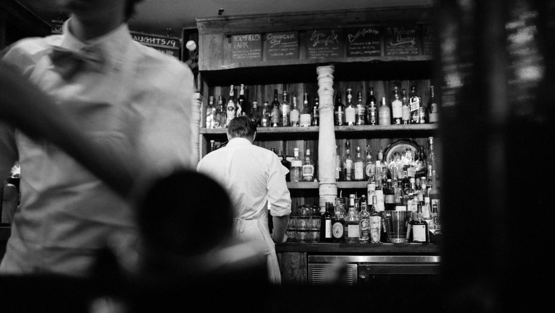 Un barman usa una ingeniosa nota para salvar a dos jóvenes de un acosador y es aclamado como un héroe en la Red