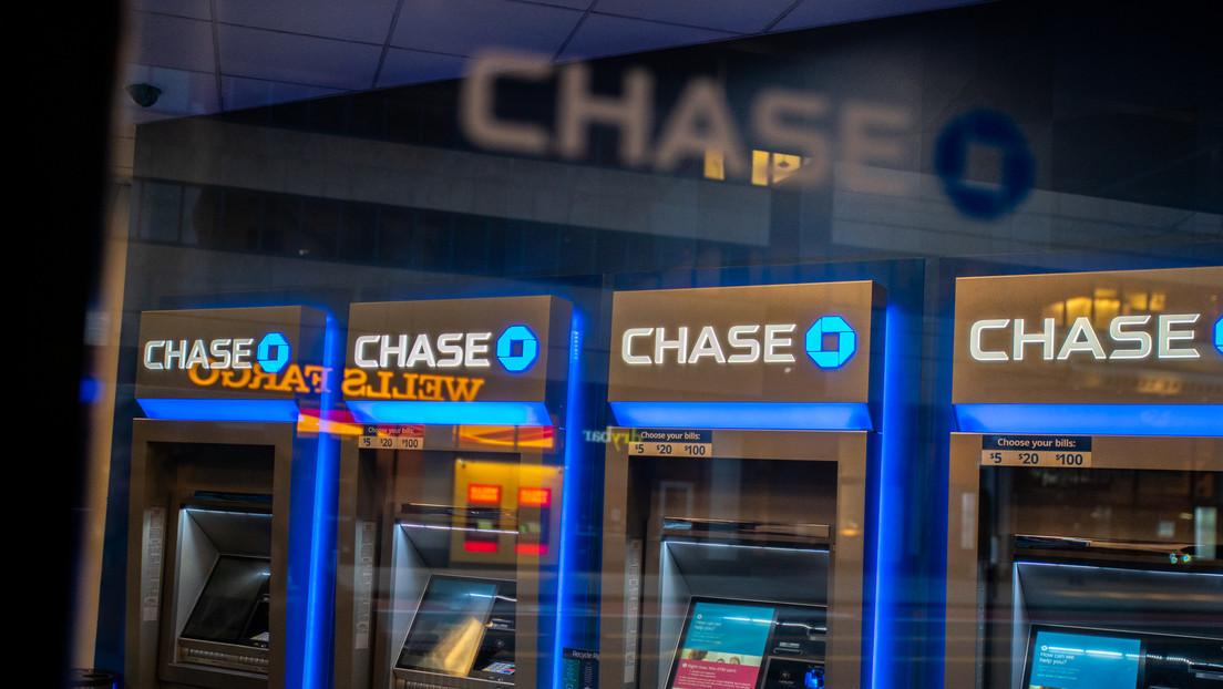 Una mujer recibe mil millones de dólares en su cuenta bancaria y no logra deshacerse de ellos