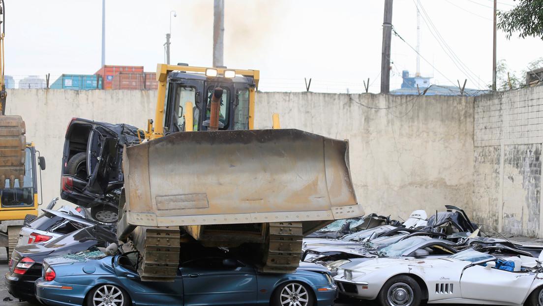 FOTO: Filipinas destruye en su lucha contra el contrabando autos de lujo valorados en 1,2 millones de dólares