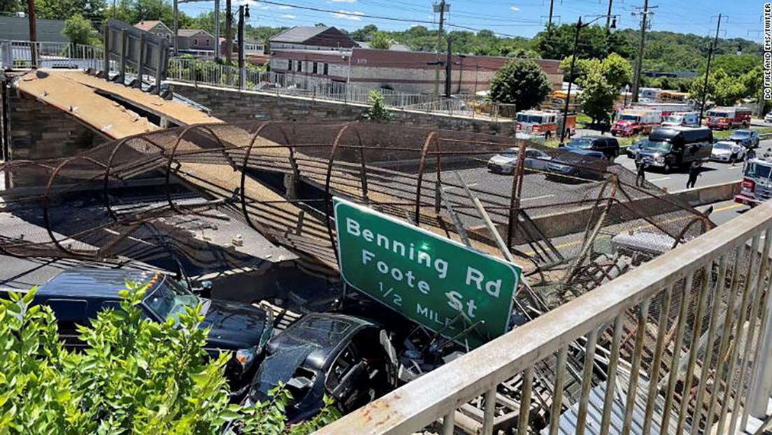 VIDEO: Un puente peatonal se derrumba sobre una autopista en Washington