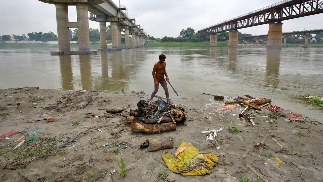La crecida del Ganges arrastra decenas de cuerpos enterrados en sus orillas durante el pico de muertes por coronavirus en la India