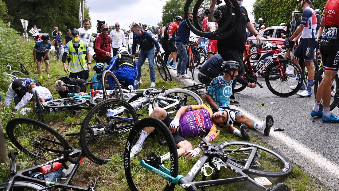 Una espectadora despistada derriba con un cartel a un ciclista del Tour de Francia causando un 'efecto dominó' (VIDEO)