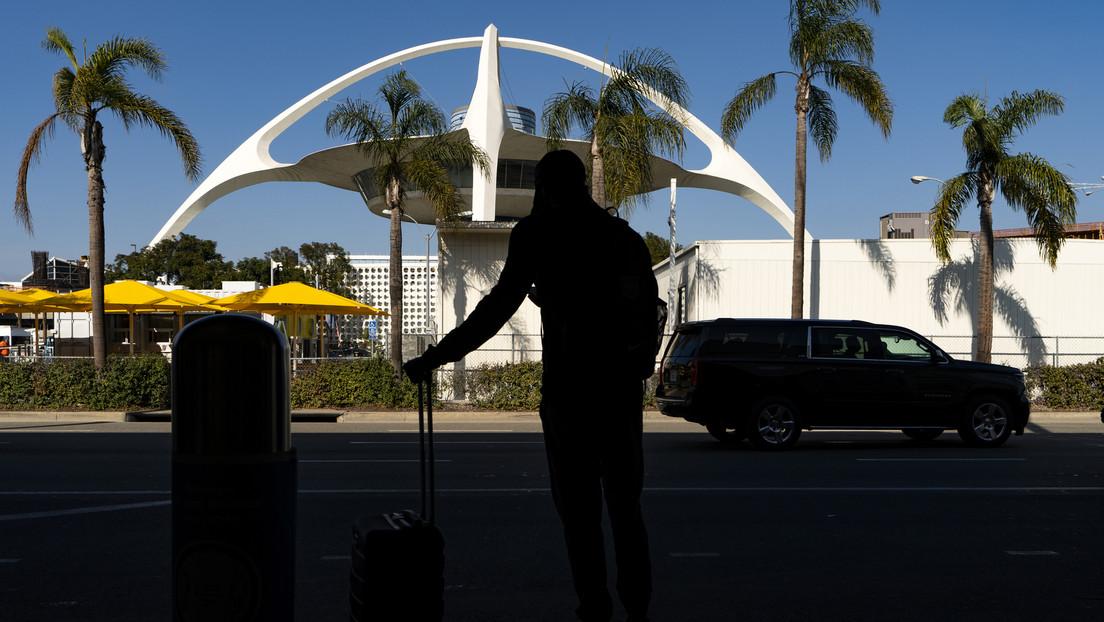Un hombre salta de un avión en movimiento en el aeropuerto de Los Ángeles