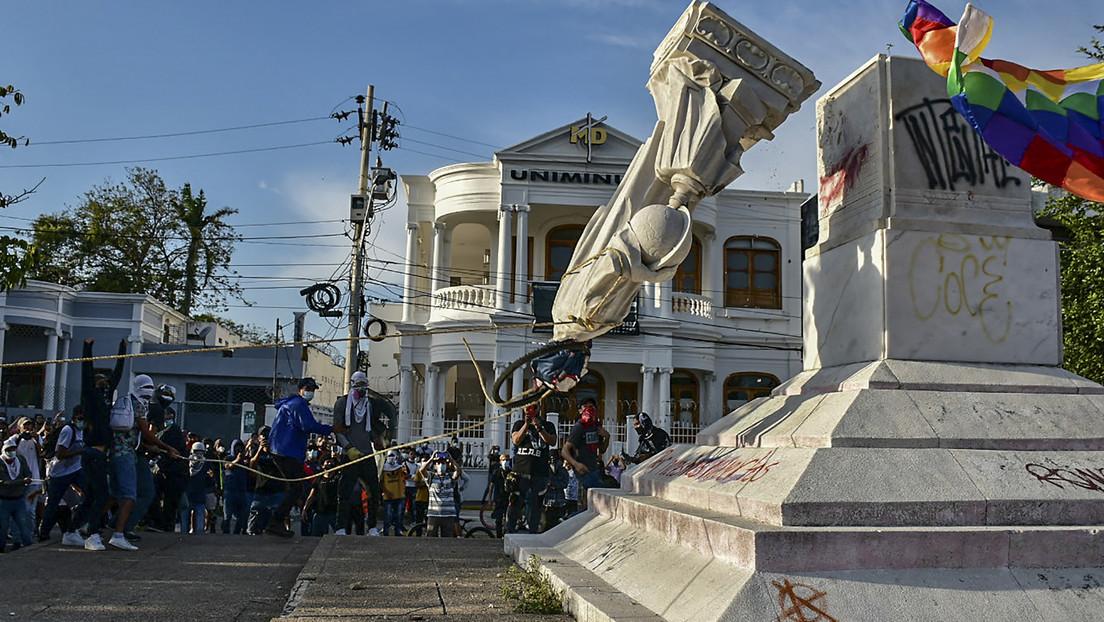 Manifestantes derriban una estatua de Cristóbal Colón en Colombia y arrastran su cabeza por las calles (VIDEO)