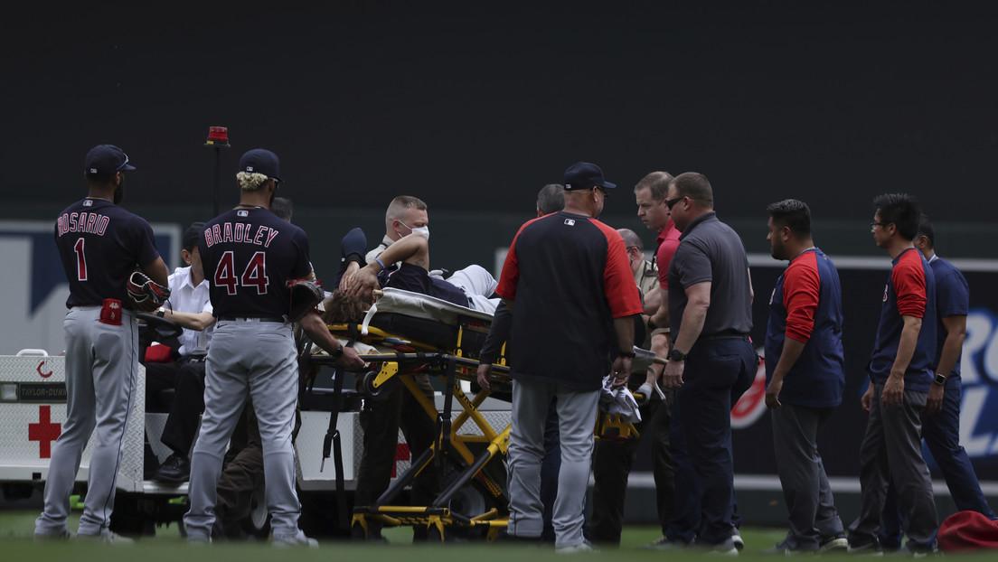 Un jugador de béisbol de la MLB sufre una escalofriante lesión tras chocar con uno de sus compañeros (VIDEO)
