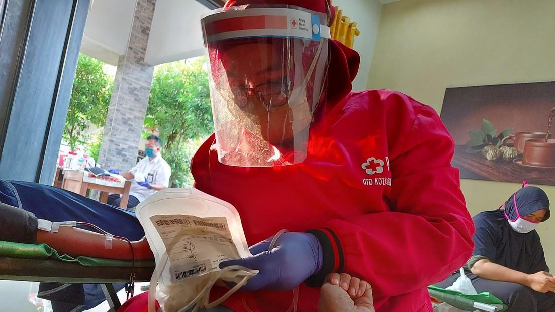 """La Cruz Roja ve Indonesia """"al borde del desastre"""" por la transmisión de la cepa Delta del coronavirus"""