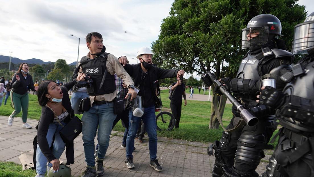 Graban a miembros del Esmad golpeando brutalmente a un joven y agrediendo a dos periodistas en Colombia
