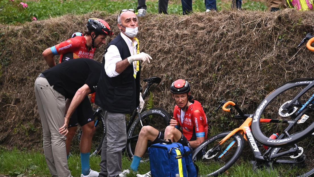 Ciclistas del Tour de Francia detienen la carrera en protesta por las condiciones de la competición, tras la caída masiva que provocó una espectadora