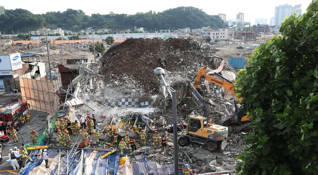 60c0d01759bf5b5c270ba5bc Videos y fotos: Un edificio en demolición mata al menos a 9 personas tras aplastar un autobús en Corea del Sur