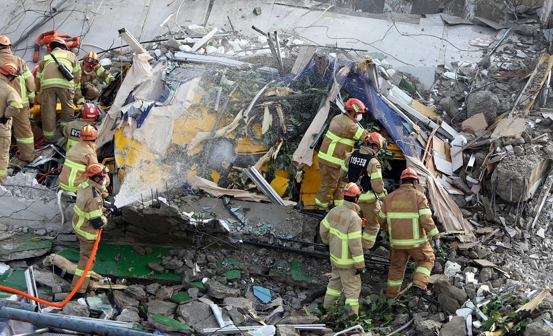 %name Videos y fotos: Un edificio en demolición mata al menos a 9 personas tras aplastar un autobús en Corea del Sur