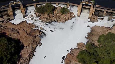 Una densa capa de espuma tóxica blanca que cubre un río en Brasil, vista desde aire
