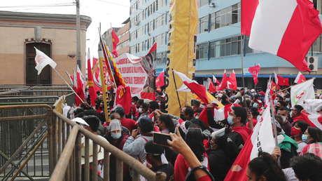 Manifestaciones en Perú a la espera de los resultados de la reñida elección presidencial