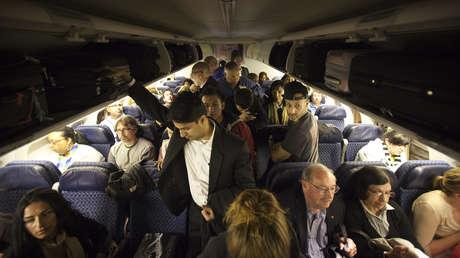 """""""¡Qué vergüenza de los pasajeros que han hecho de este vuelo un infierno!"""": Un auxiliar de American Airlines regaña a varios usuarios"""